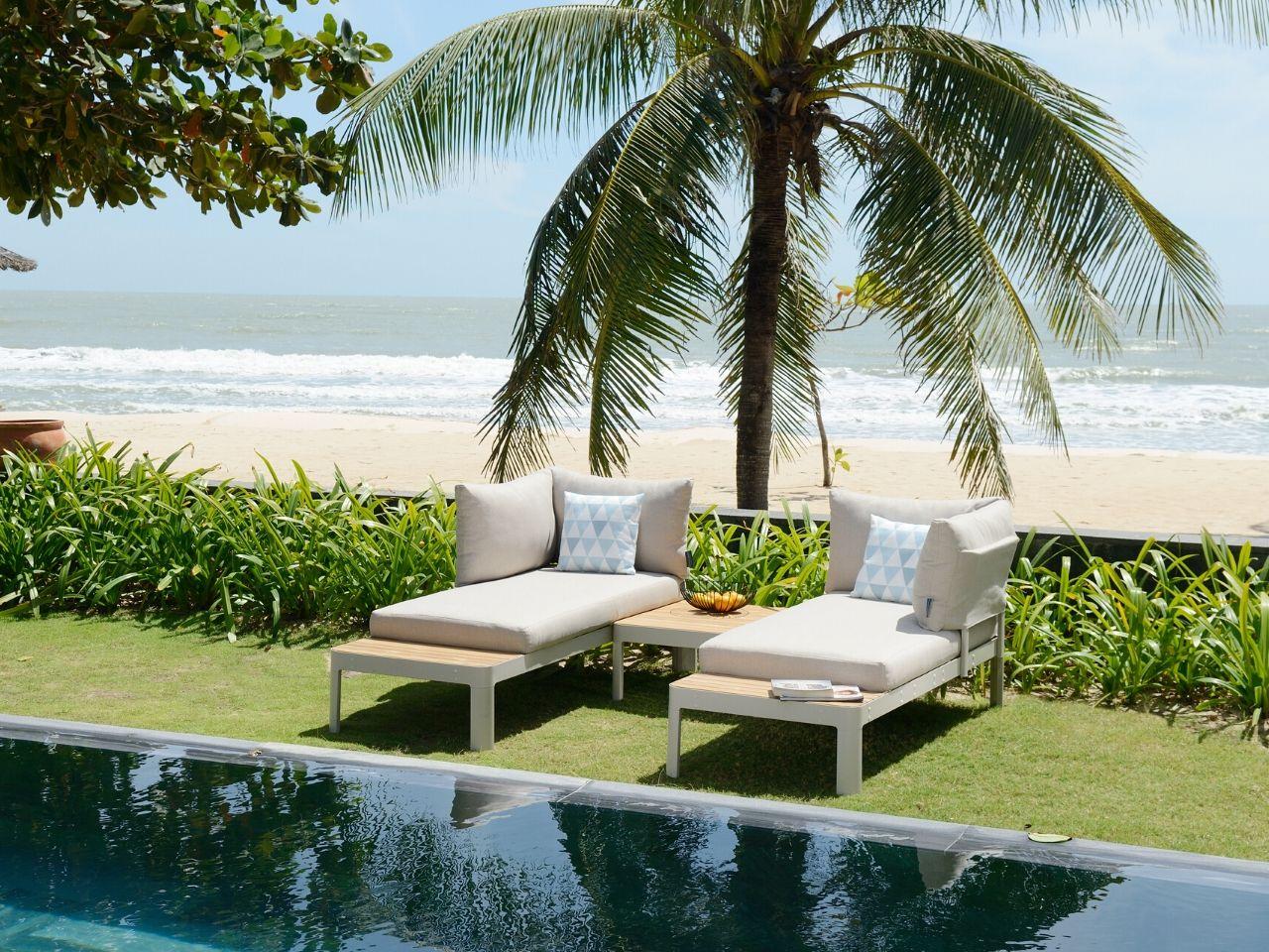 idee per arredare giardino con piscina chaise longue