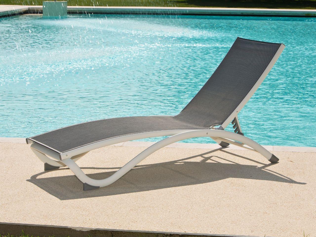 idee per arredare giardino con piscina  lettino
