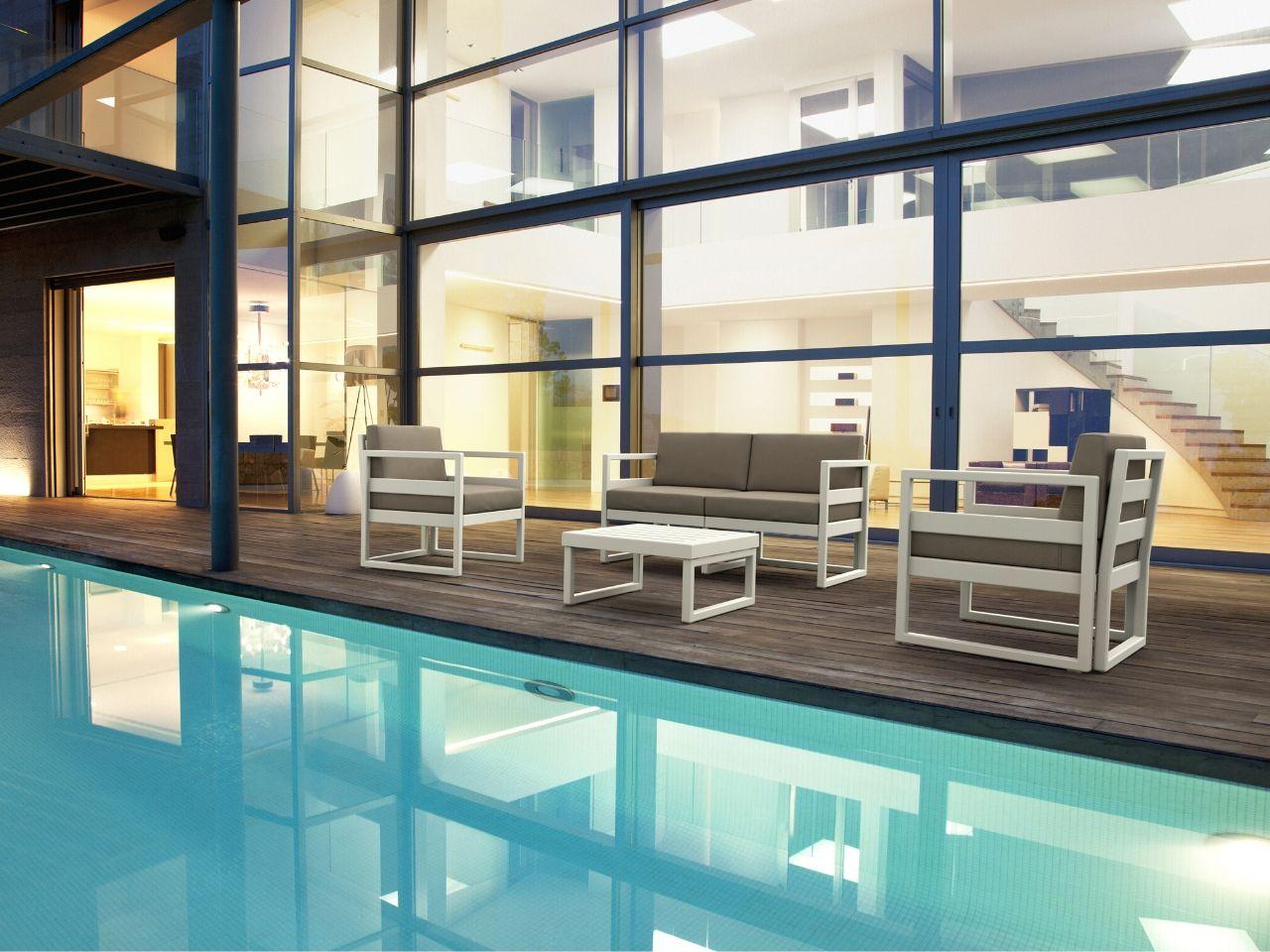 idee per arredare giardino con piscina salottino