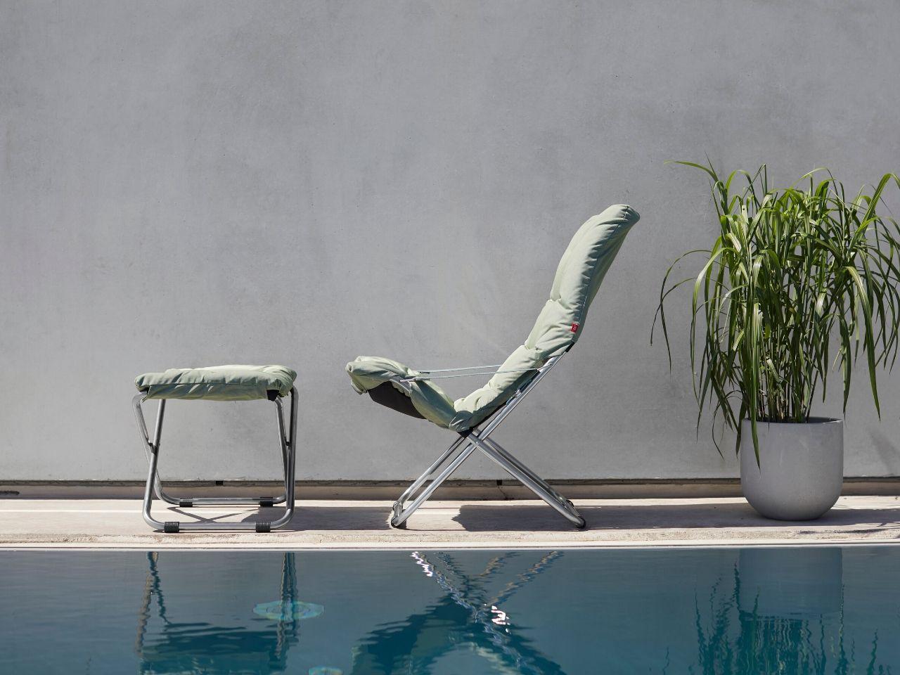 idee per arredare giardino con piscina sdraio