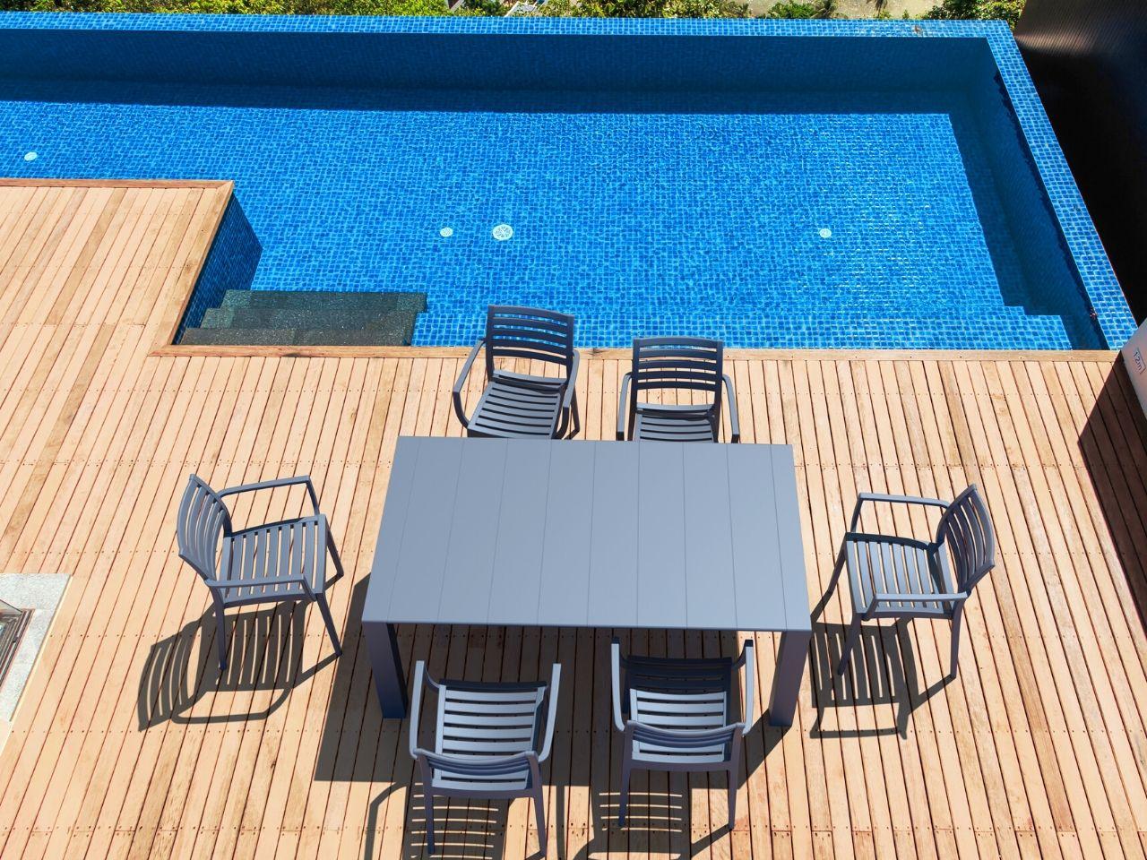 idee per arredare giardino con piscina tavolo